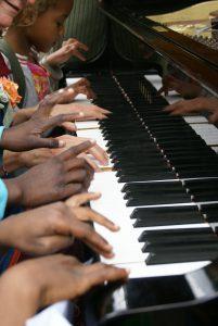 Des petites mains sur un pianos